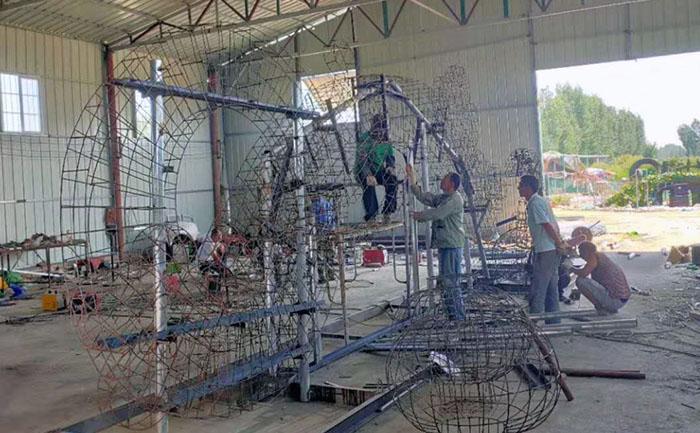工人们正在施工制作无色草造型骨架