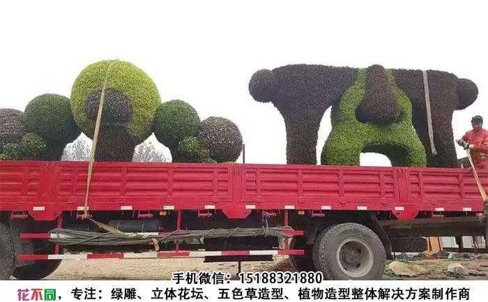 四川成都脸谱五色草造型雕塑正在装车
