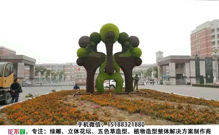 四川成都脸谱五色草造型雕塑制作基本完成,工人还在丰富细节