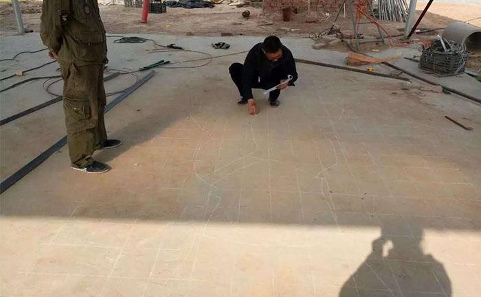 项目经理正在对河北唐山五色草立体花坛造型进行放样工作