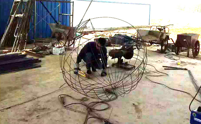 电焊工人正在焊接河北唐山五色草立体花坛造型钢结构骨架