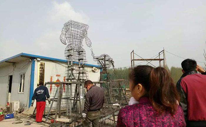 河北唐山五色草立体花坛造型钢结构骨架基本完成