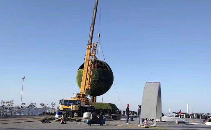 达沃斯地球仪五色草立体植物造型吊装作业马上就要完工