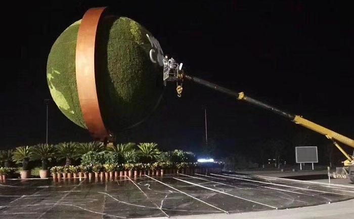 夜深了吊车还在对达沃斯地球仪五色草立体植物造型进行吊装作业加班中